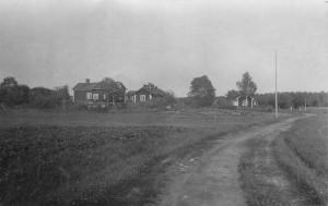 Byggnader vid horisonten på landsbyggden.