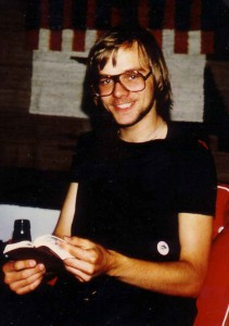 Göran håller i bok.