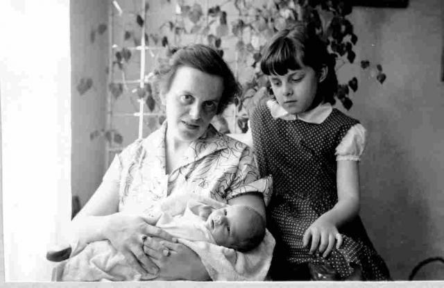 Mamma Ingrid, lilla bebisen Göran och syster Karin 1957.