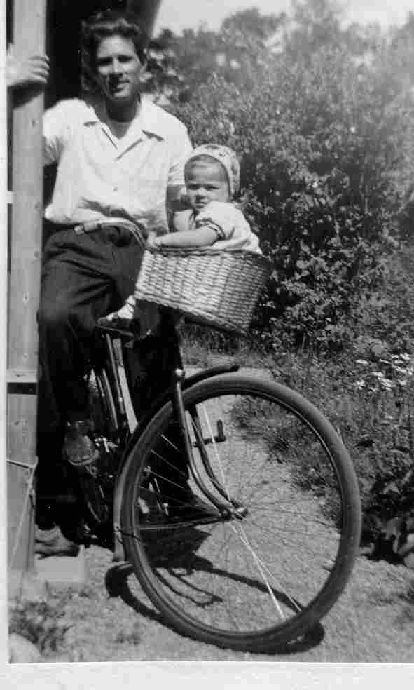 Martin och min syster Karin i cykelkorgen.